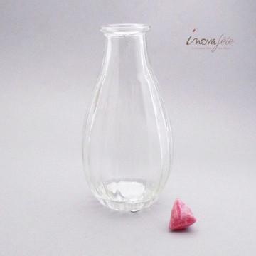 Bouteille vase transparente, une décoration de table à garnir de fleurs